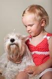美丽的小女孩和白色狗 免版税图库摄影