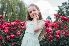 美丽的小女孩在庭院里 免版税图库摄影