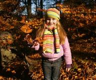 美丽的小女孩在秋天公园 免版税库存照片