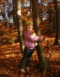 美丽的小女孩在秋天公园 库存图片