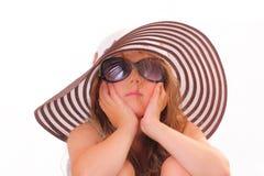 美丽的小女孩帽子的和有太阳镜的 免版税图库摄影