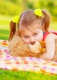 有玩具熊的逗人喜爱的孩子 免版税库存照片
