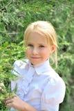 美丽的小女孩的画象在公园 图库摄影