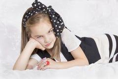 美丽的小女孩看起来恼怒 图库摄影