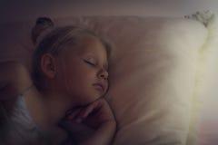 美丽的小女孩睡觉 免版税图库摄影