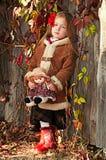 美丽的小女孩纵向有玩偶的 图库摄影