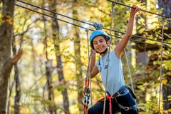 美丽的小女孩获得乐趣在冒险公园,黑山 库存图片