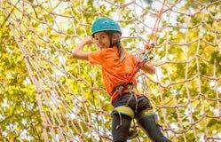 美丽的小女孩获得乐趣在冒险公园,黑山 免版税库存照片