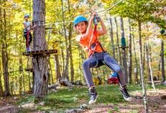 美丽的小女孩获得乐趣在冒险公园,黑山 免版税图库摄影