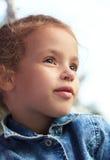 美丽的小女孩调查距离。 免版税库存照片