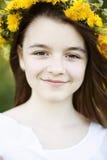 美丽的小女孩,室外,颜色花束花,明亮的晴朗的夏日公园草甸微笑的愉快的享用的生活 库存照片