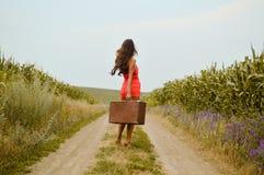 美丽的小姐的图片农村路的 库存照片
