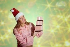 美丽的小姐的图片圣诞老人红色帽子的 免版税库存照片
