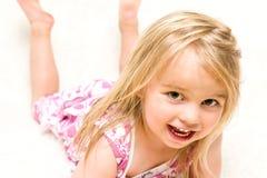 美丽的小孩女孩说谎的Dow画象  免版税库存图片