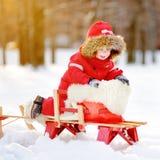 美丽的小孩男孩画象获得乐趣在冬天公园 免版税图库摄影