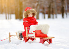 美丽的小孩男孩画象获得乐趣在冬天公园 图库摄影