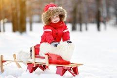 美丽的小孩男孩画象获得乐趣在冬天公园 免版税库存照片
