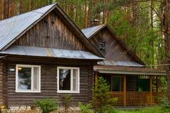 美丽的小屋在森林 库存照片