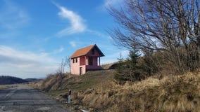 美丽的小山房子 免版税图库摄影