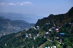 美丽的小山镇看法山的一个城市有很多五颜六色的房子和非常房子充满活力的风景山的 免版税库存照片
