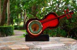 美丽的小提琴形状时钟 免版税图库摄影
