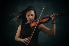 美丽的小提琴手妇女 免版税库存图片