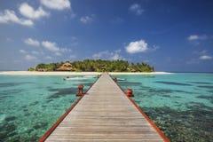 美丽的小海岛在马尔代夫在晴天。 免版税库存图片