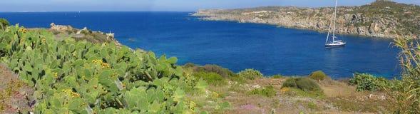美丽的小海湾意大利全景撒丁岛海运 免版税库存图片