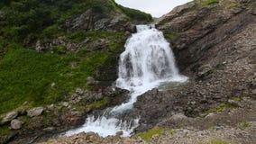 美丽的小瀑布瀑布夏天视图在山的 股票录像