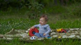 美丽的小男孩单独充当庭院 影视素材