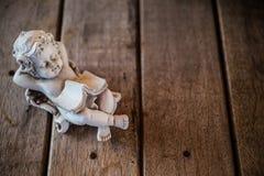 美丽的小的天使雕象 库存照片