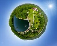 美丽的小的绿色村庄从上面 免版税库存图片
