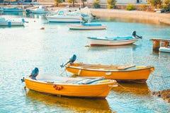 美丽的小船在一个小镇Postira -克罗地亚,海岛Brac的港口 库存照片