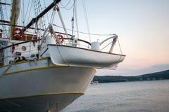 美丽的小船运输辅助小船 免版税库存照片