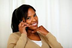 美丽的少妇交谈在移动电话 免版税库存照片