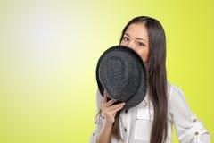 美丽的少妇佩带的夏天浅顶软呢帽 库存图片