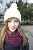 美丽的少妇佩带的围巾和编织盖帽画象  免版税图库摄影