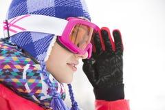 美丽的少妇侧视图特写镜头看滑雪的风镜的  免版税库存照片