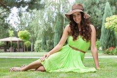 美丽的少妇全长画象sundress的在公园 免版税图库摄影