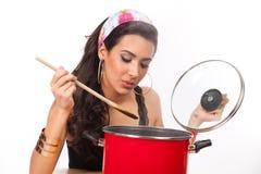 美丽的少妇厨师 免版税库存照片