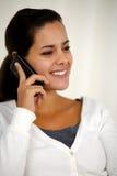美丽的少妇发表演讲关于手机 免版税库存照片