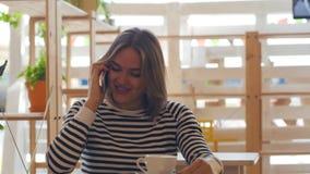 美丽的少妇发表演讲关于电话和微笑 股票视频