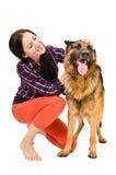 美丽的少妇和一只德国牧羊犬 免版税库存照片