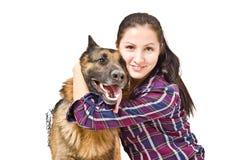 美丽的少妇和德国牧羊犬 免版税图库摄影