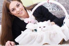 美丽的少妇和波斯白色猫在家 免版税库存图片