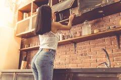 美丽的少妇在厨房里 库存照片