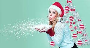美丽的少妇在圣诞老人穿衣与雪花 免版税库存照片