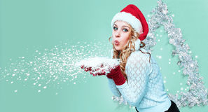 美丽的少妇在圣诞老人穿衣与雪花 库存照片