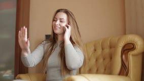 美丽的少妇在家谈话在电话 影视素材