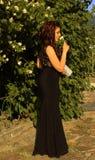 美丽的少妇在庭院里 免版税库存照片